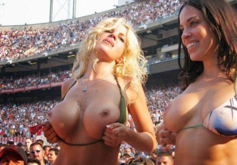 試合で興奮する女性が服をめくっておっぱいを丸出しにしているエロ画像です!