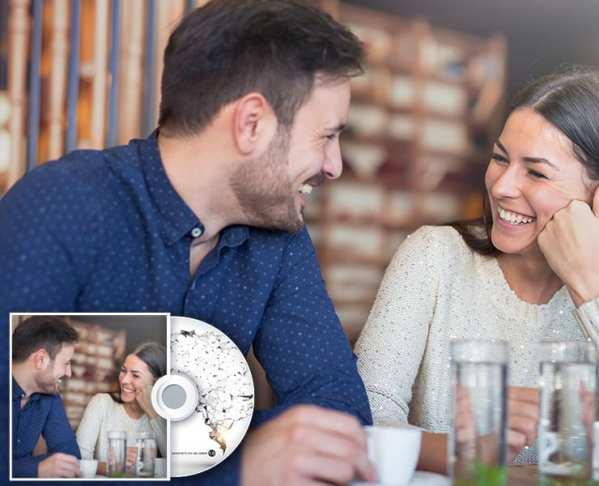 Pärchen flirtet am Tisch