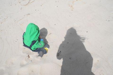 Einfach nur den Sand durch die Finger rieseln lassen: Das entschleunigt ungemein.