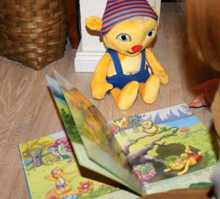 die sprechende Puppe Lingufino fördert interaktiv das Sprachvermögen der Kinder.
