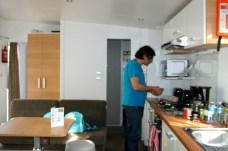 Küchenzeile mit allem, was dazu gehört: Toaster, Mikro, Geschirrspüler, Kaffeemaschine...