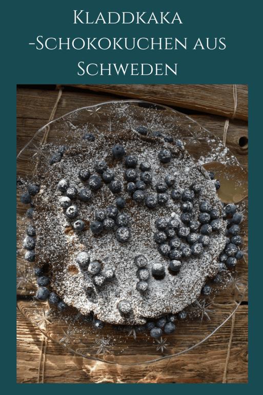 Schneller Schokoladenkuchen aus Schweden: der typisch schwedische Kladdkaka ist ein Schokokuchen ohne Backpulver. Der Kuchen mit Schokolade ist schnell zu backen. #backen #kuchen #schweden