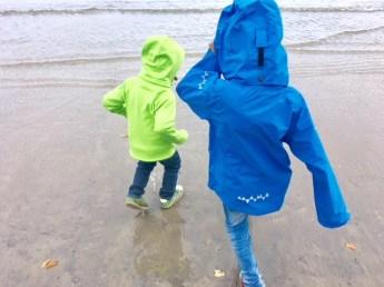Definitiv: Meine Jungs waren mit ihren Isbjörn of Sweden Jacken für diesen Strandspaziergang bei 10 Grad besser angezogen als ich!