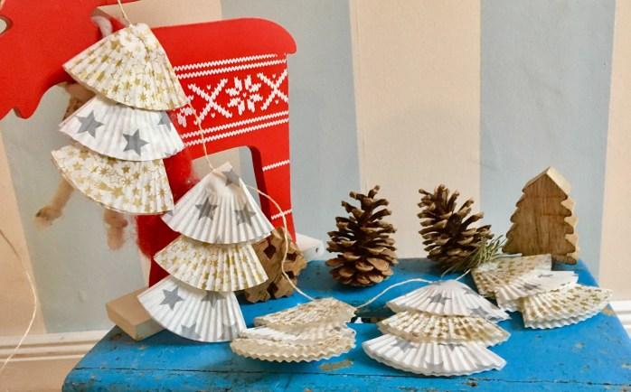 Tannenbaumgirlande basteln aus muffinförmchen einfaches diy für Weihnachten - basteln mit kindern