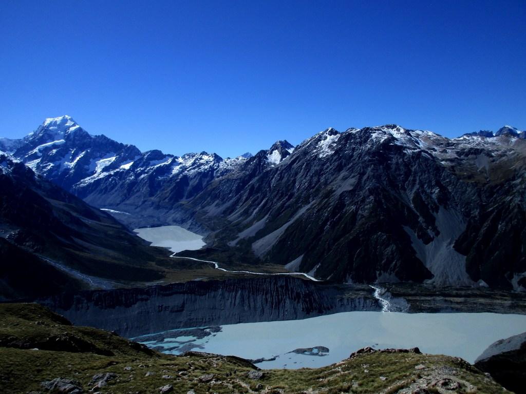 Na pierwszym planie jezioro Muller i morena lodowca Mullera, dalej jezioro i lodowiec Hookera z Górą Cooka w tle. Jest pięknie!