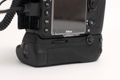 「Nikon(ニコン)マルチパワーバッテリーパック MB-D12」装着