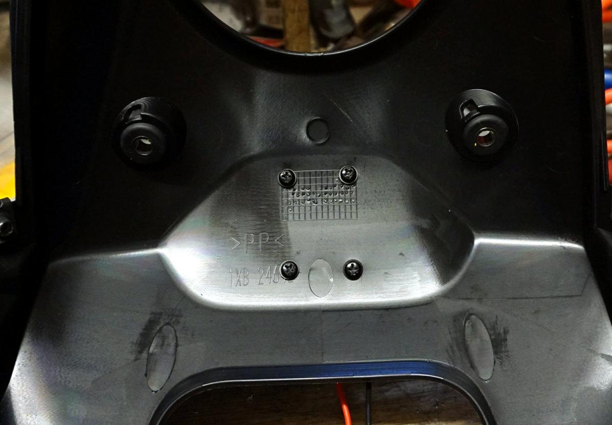 Vorderes Tankverkleidungsteil mit montierter Bordnetzsteckdose, Rückseite