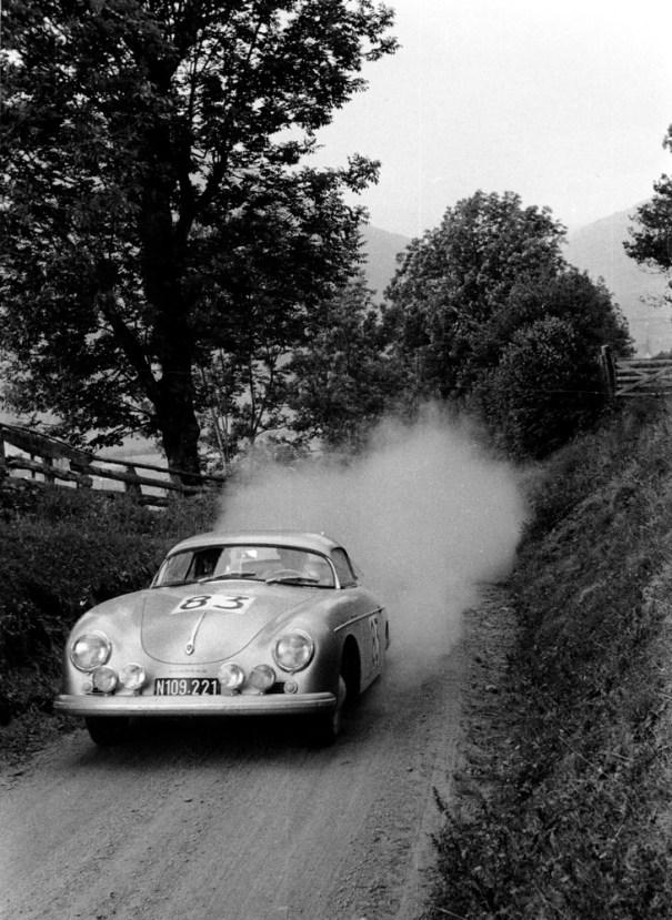 Internationale Österreichische Alpenfahrt 1958: Porsche-Rennfahrer Ernst Kraus pilotiert den Porsche Typ 356 A 1500 GS Carrera Speedster.