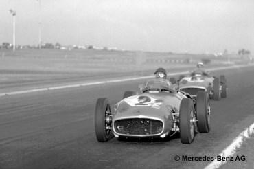 Juan Manuel Fangio, der spätere Sieger, führt vor Stirling Moss beim formelfreien Großen Preis von Buenos Aires am 30. Januar 1955. Hier setzt Mercedes-Benz den W-196-Rennwagen mit dem Dreilitermotor M 196.I aus dem 300 SLR (W 196 S) ein.