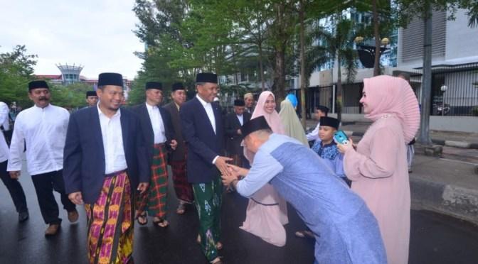 Perdana, Gubernur Sulsel Jalan Kaki 2.2 Km Usai Sholat Idul Fitri
