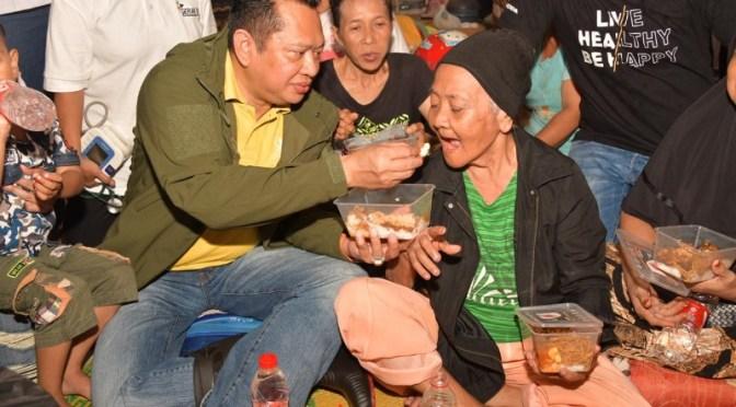 Berkunjung ke Korban Banjir, Bamsoet Beri Bantuan dan Makan Bersama