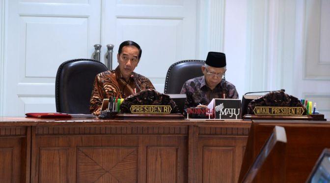 "Presiden Jokowi saat memimpin rapat terbatas bersama Wapres Ma""ruf Amin"