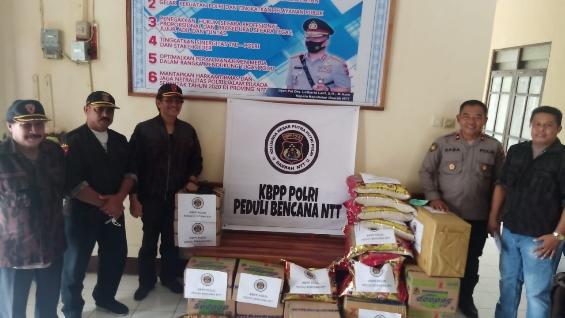 Keluarga Besar Putra Putri Polri Daerah NTT Bantu Korban Badai Seroja