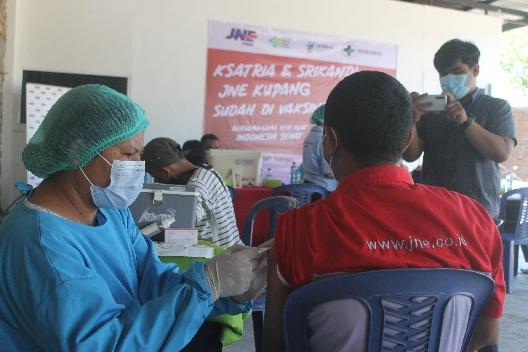 JNE Kupang Vaksinasi Karyawan & Masyarakat, Lurah Merdeka Apresiasi