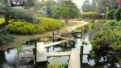 Kreative Brücke beim Teich