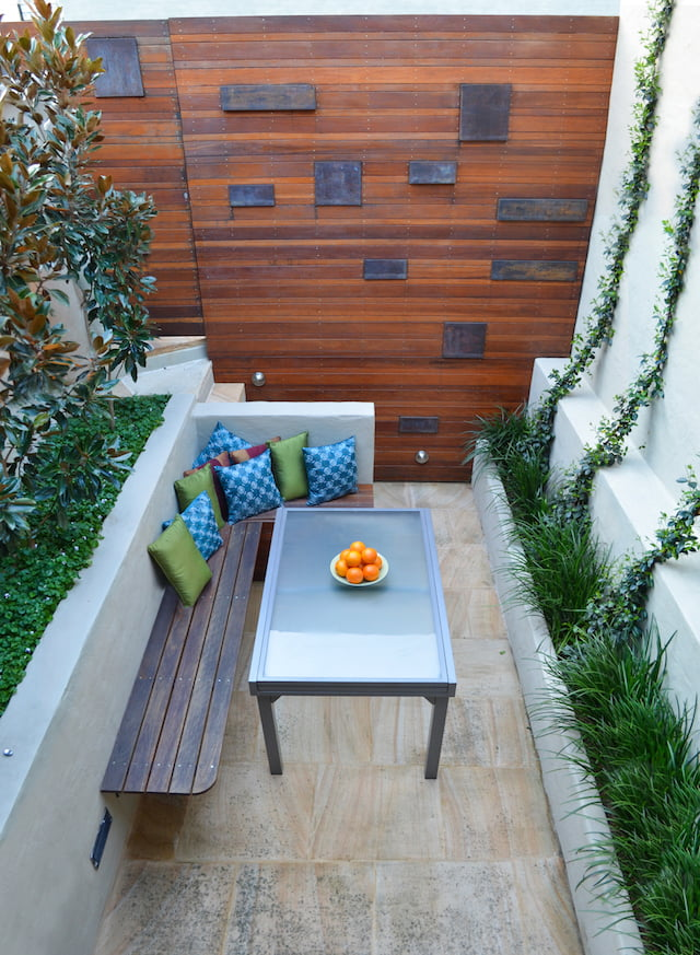 3 tiny courtyard makeovers gardendrum for Courtyard landscaping sydney