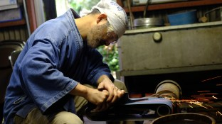 Blacksmithing making knives traditional knife making in Japan (5)
