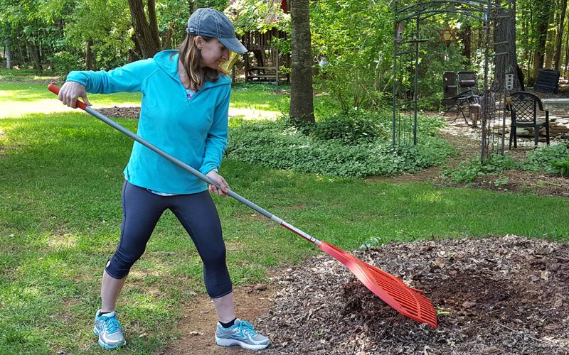 Using Corona BigLOAD leaf rake