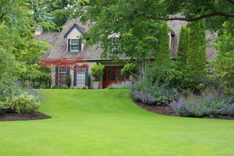 Beautiful secluded house with large front lawn