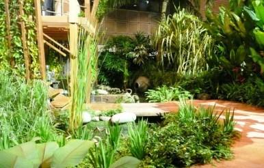 GardenDrum-Linda-Green-The-timber-Treehouse-nestles-into-the-garden