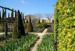 Garden of Chataeu Val Joanis © SiefkinDR/WikimediaCC