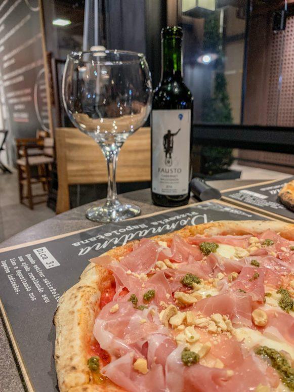 Uma pizza Gabella com vinho tinto