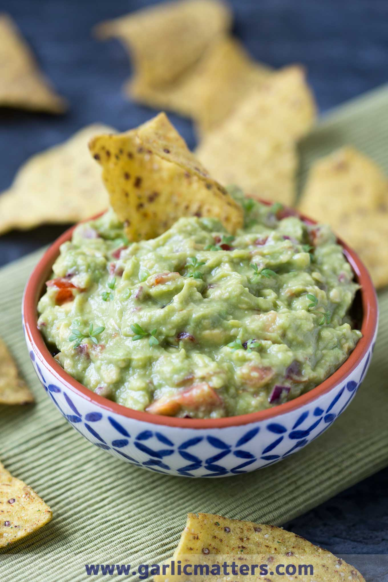 Vegan, fresh and absolutely delicious guacamole is a real party starter or a fabulous healthy snack you might cozy up with alone. Yumazing!