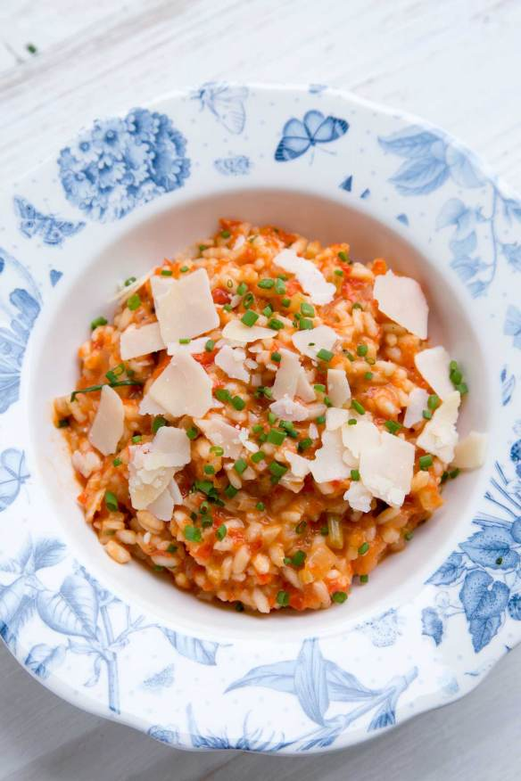 Red Pepper and Tomato Risotto is a celebration of the late summer flavours in 40 min, comfort dish. Vegetarian, delicious and really easy.