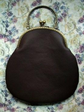 Bolso de boquilla en polipiel estampada modelo Tempus - trasera en polipiel lisa color chocolate