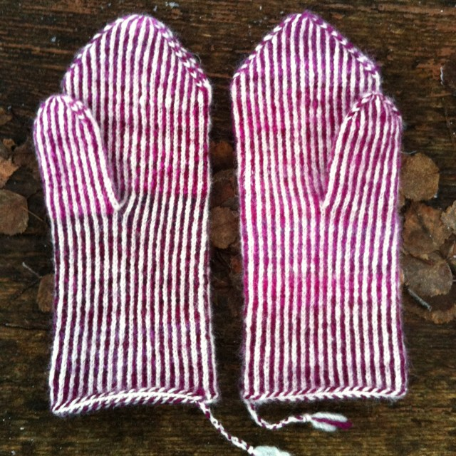 Færdige vanter i tvebinding / finished mittens in twined knitting
