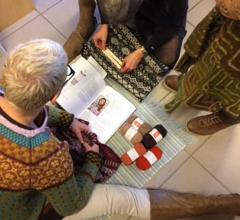 Lone og Elisabeth studerer strikkefastheder og vælger farver til den norske jakke