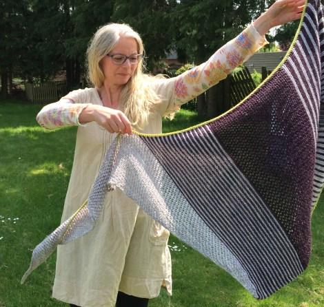 5 forskellige sektioner gør sjalet til et interessant og afvekslende strikketøj