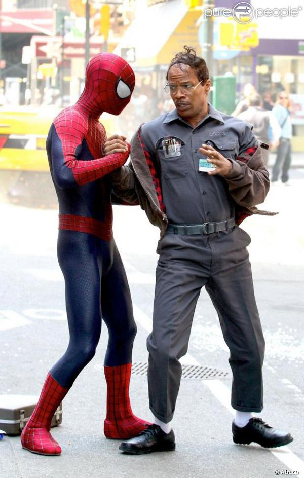 As primeiras imagens mostram o ator Andrew Garfield como Homem-Aranha e  depois como Peter Parker em cena junto com Jamie Foxx como Max Dillon e  Dane DeHaan ... 55e4a6f4d9e6