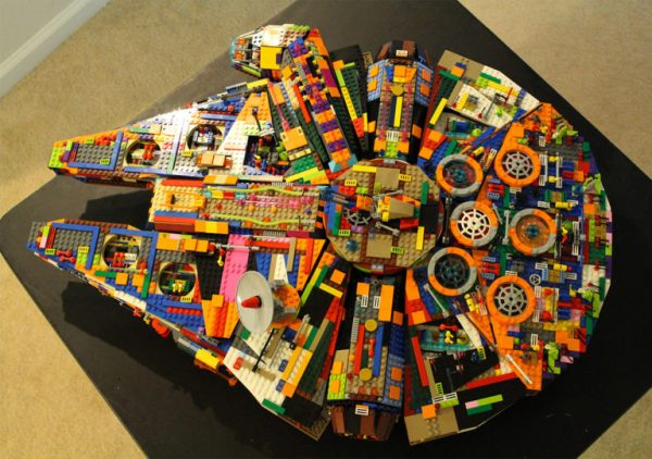 LEGO: Nave de Star Wars Millennium Falcon colorida!