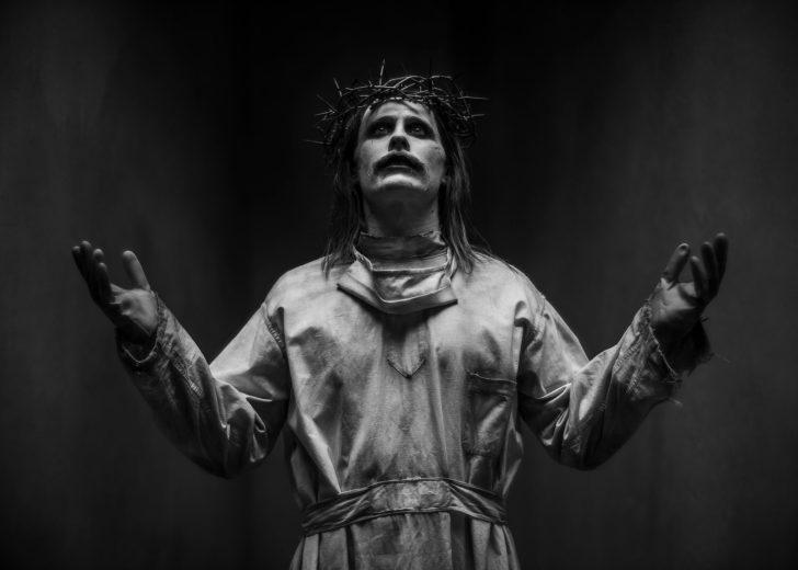 Nova foto de Jared Leto como Coringa imita a imagem de Jesus