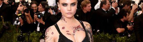 A tatuagem de CARA DELEVINGNE  no baile de MET!