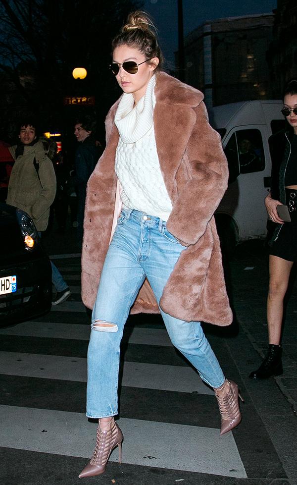 street-style-gigi-hadid-tricot-branco-casaco-pelos-calca-jeans-scarpin-nude
