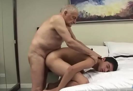 Velho comendo gay
