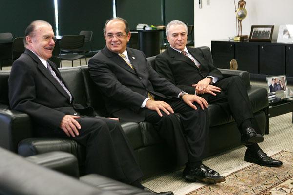 Sarney, o ministro do STF, Gilmar Mendes, e o presidente interino, Michel Temer em foto que já diz tudo