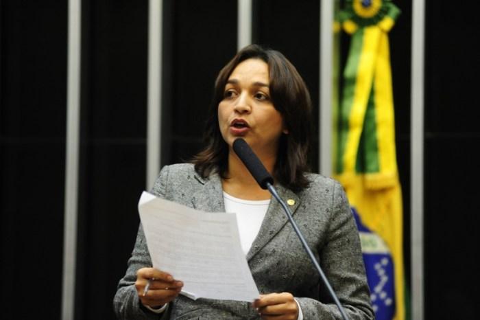 A deputada Eliziane Gama durante discurso na Câmara, que deve ter sido objeto de um dos seus 210 mil jornais