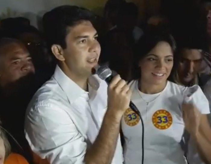 Eduardo Braide ao lado da esposa, Graziela Braide, agradecendo os votos que recebeu