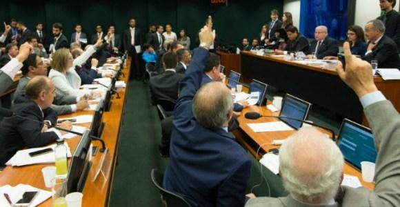 """Modelo do """"distritão"""" divide deputados durante discussão da reforma política na Câmara"""