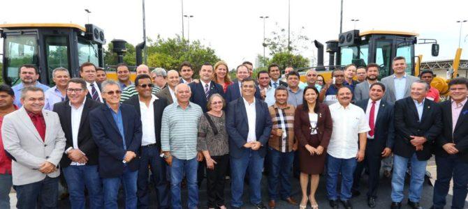Em 2 meses, governador Flávio Dino entrega 72 motoniveladoras para melhorar estradas rurais