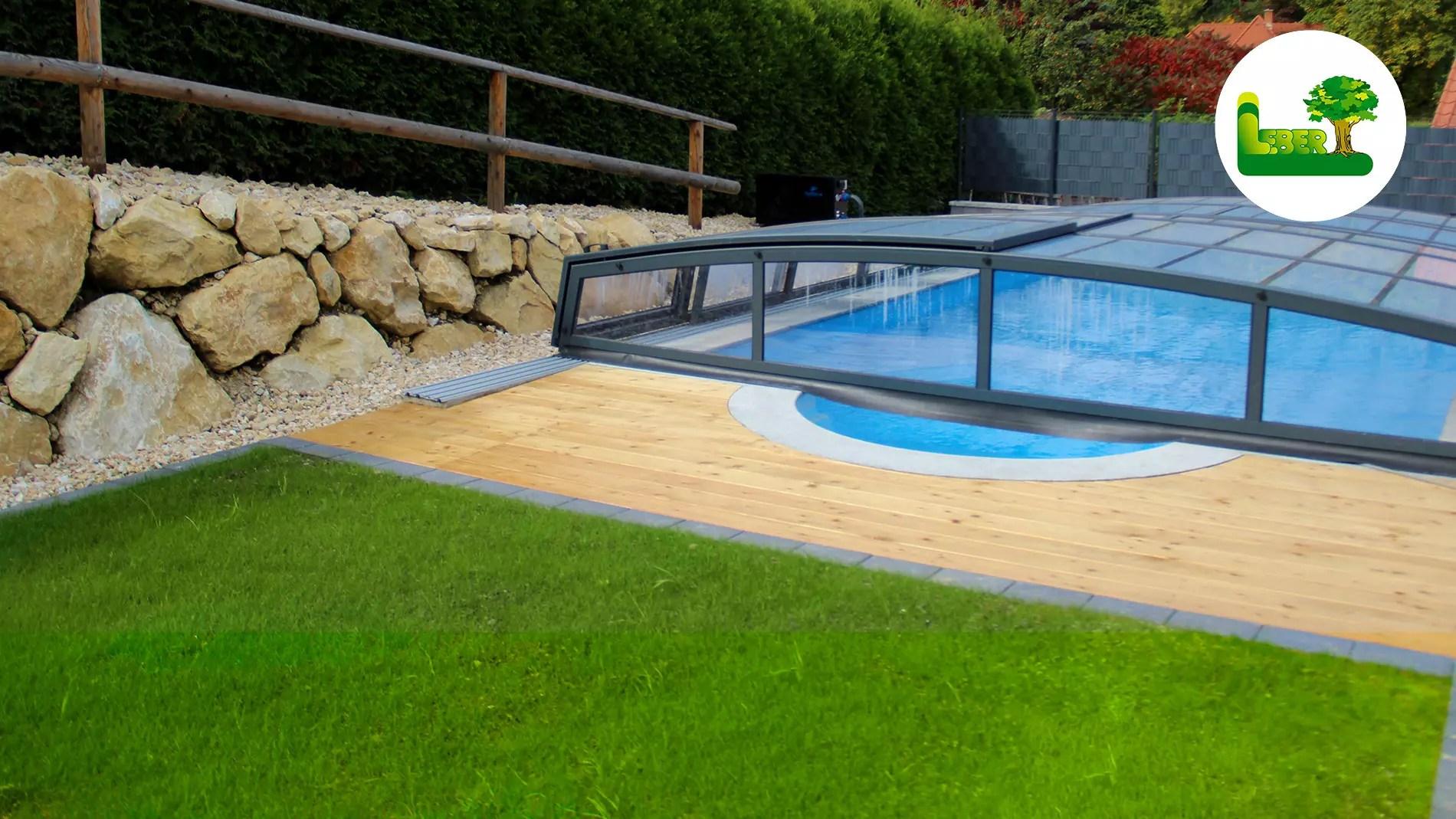 Pool + gesamte Anlage rund um's Haus.