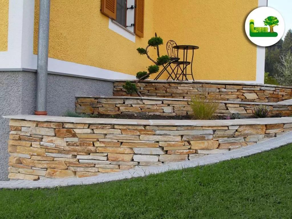 zierliche Steinmauer im Garten mit dem Naturstein Barge Quarzit. -gartenleber.