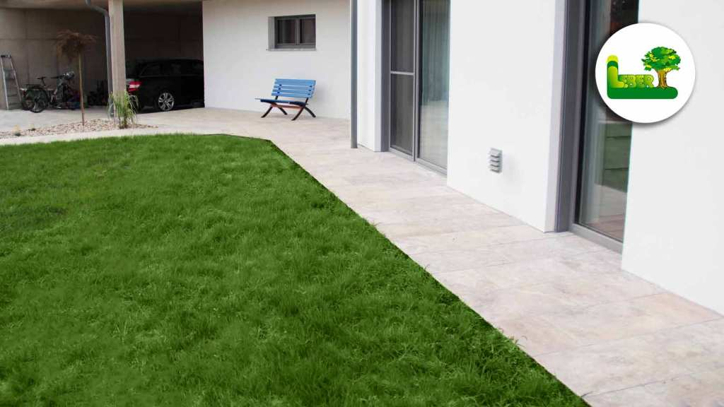 Travertin Silverato Pewter Blend als Bodenplatten rund ums Haus. Hier sehen Sie den Eingangsbereich mit kleinem Steingarten.