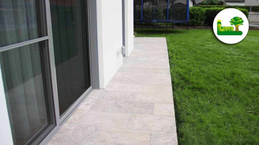 Traufenplaster Detail.  Der Naturstein Travertin Silverato als Hausumrandung. Garten Leber - Plasterung Steiermark