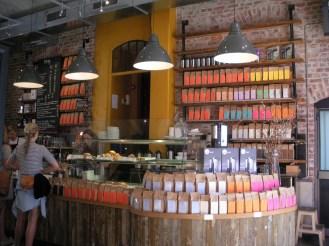 Verkaufstheke mit zahlreichen Kaffeesorten in den Regalen.