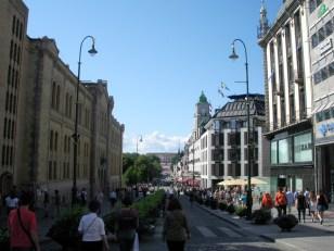 Blick aus der Fußgängerzone in Oslo. Das Schloss liegt am Ende der Straße auf einem Hügel.