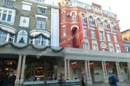 Fassadenansicht in rot und braun mit verschnörkelten Elementen